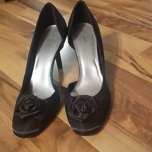 Fioni Size 9 Black Cloth Heels with Rosettes